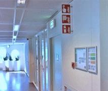 Luxe acrylaat veiligheidsbordjes in een kantooromgeving.