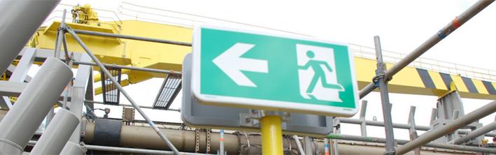 Op de situatie en omgeving aangepaste signalering voor het aanduiden van de vluchtweg.