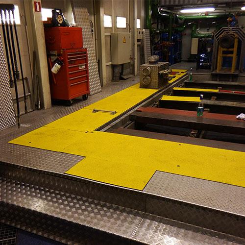Anti-slip looppad panelen toegepast in een werkruimte met niveauverschillen.