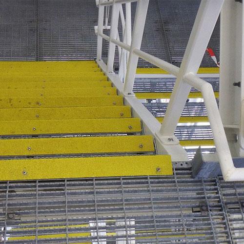 Anti-slip trapneuzen worden geplaatst op de rand van de traptrede en geven wrijving tussen de schoenzool en de bovenkant van de trede.