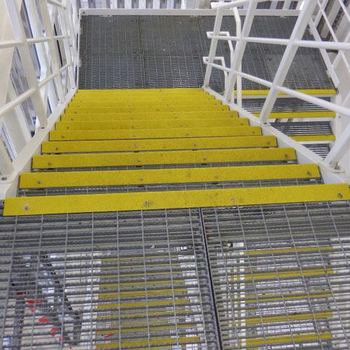Anti-slip trapneuzen zijn een kostenefficiente oplossing. Ze zijn eenvoudig te installeren op bestaande trappen