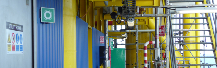 Uniforme veiligheidssignalisatie geinstalleerd op een offshore platform.
