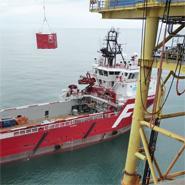 Blomsma offshore container die wordt verhuist van het offshore platform naar het transportschip.
