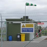 Een bord rondom een productielocatie met de boodschap verboden toegang en camerabewaking.