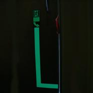 Een nalichtende markering om een deur zichtbaar te maken bij lichtuitval.