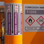 Een leidingmarkering met mediumkleur, GHS symbolen, stromingsrichting en benaming om het productieproces inzichtelijk te maken.