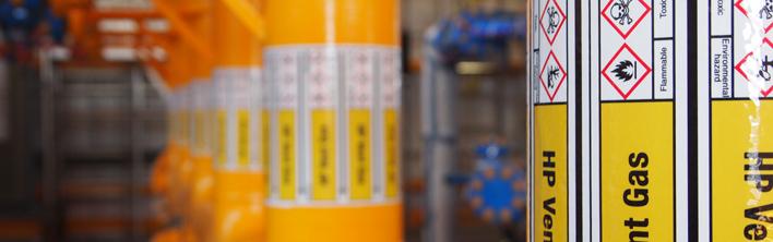 Overzichtelijk geinstalleerde leidingmarkeringen om de veiligheid tijdens operationele en onderhoudswerkzaamheden te verbeteren.