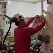 Een Blomsma monteur brengt een leidingsticker aan rondom de leiding voor een optimale zichtbaarheid.