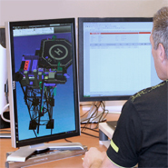 Een veiligheidskundige tekenaar die een 3D model gebruikt van een offshore platform om de vluchtroutes te beoordelen.