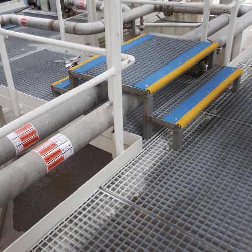 Door gebruik van verschillende, contrasterende kleuren van het anti-slip materiaal worden treden duidelijk gemarkeerd.