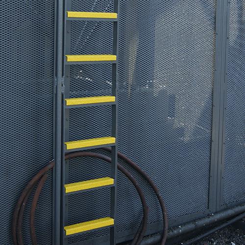 Glibberige ladders op offshore platforms of industriele omgevingen worden door middel van laddersport profielen veel veiliger