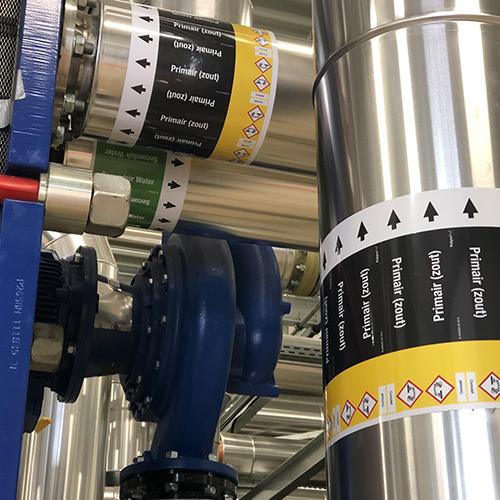 ISO 20560: een nieuwe wereldwijde norm om consistentie te brengen in het markeren van leidingen en tanks